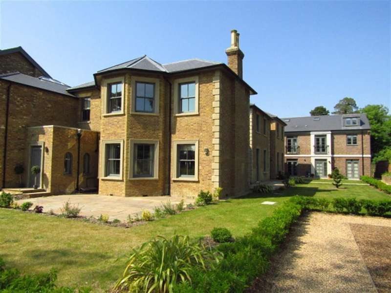 2 Bedrooms Apartment Flat for sale in 16 Crown House, Crown Drive, Farnham Royal, Berkshire, SL2 3EE