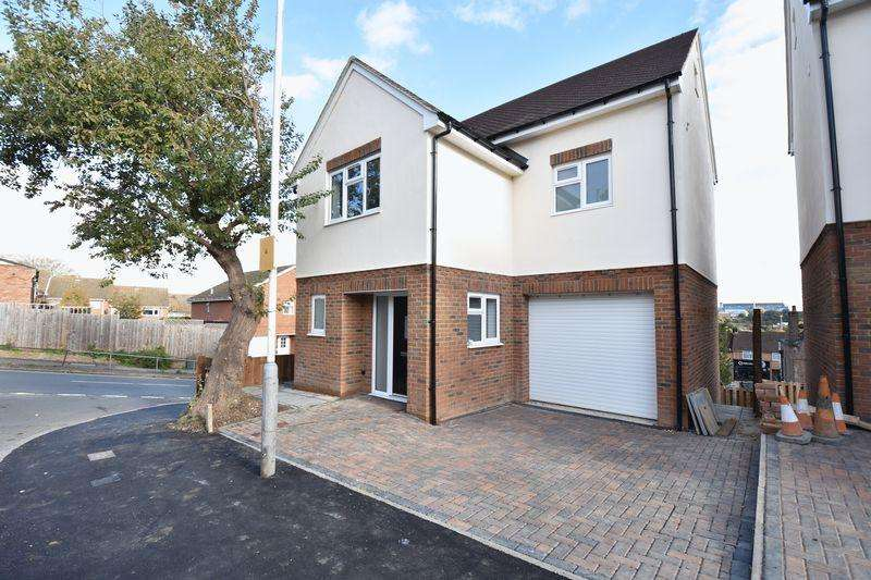 4 Bedrooms Detached House for sale in Taunton Avenue, Luton