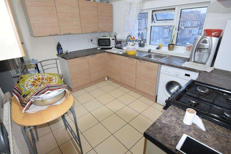 3 Bedrooms Apartment Flat for sale in Browning Road, Manor Park