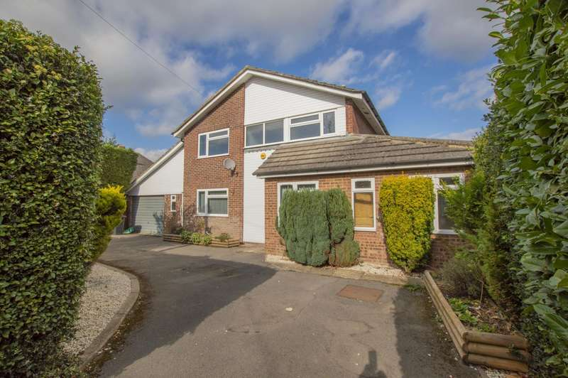 5 Bedrooms Detached House for sale in Hollybush Lane, Burghfield Common, Reading, RG7