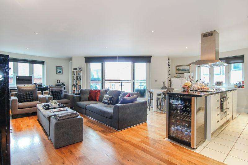 2 Bedrooms Apartment Flat for sale in Two Double Bedroom Apartment with Outside Space