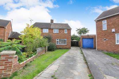 2 Bedrooms Semi Detached House for sale in Eastcott Close, Luton, Bedfordshire