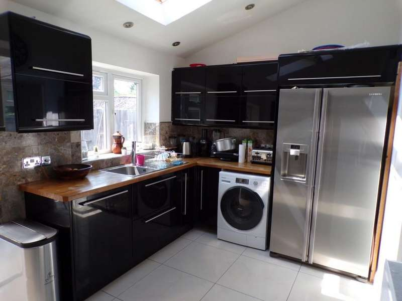 4 Bedrooms Semi Detached House for sale in The Heights, Northolt