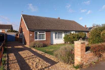 3 Bedrooms Bungalow for sale in Courtlands Drive, Biggleswade, Bedfordshire