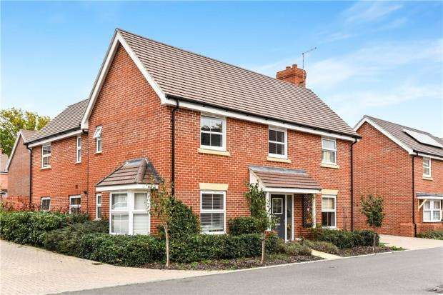 4 Bedrooms Detached House for sale in Grant Drive, Church Crookham, Fleet