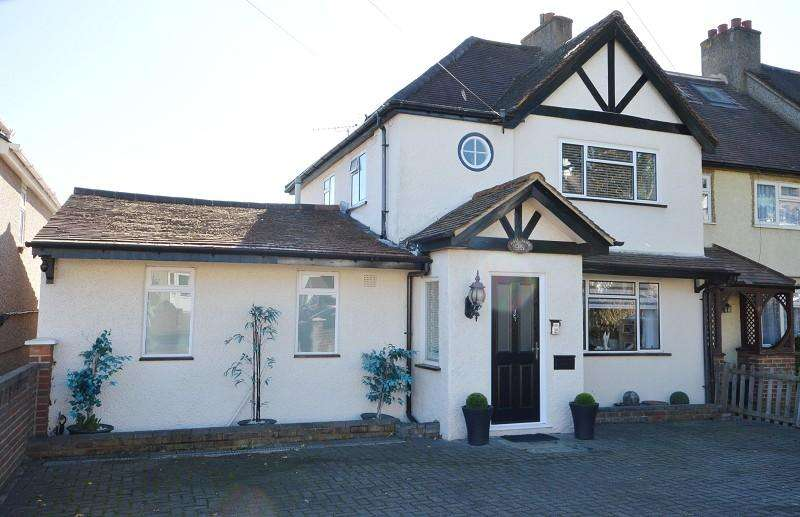 3 Bedrooms End Of Terrace House for sale in Gilders Road, Chessington, Surrey. KT9 2AE