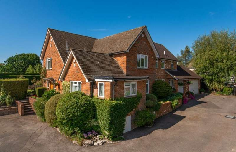 4 Bedrooms Detached House for sale in Village Road, Coleshill HP7