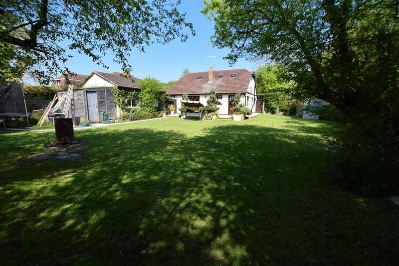 5 Bedrooms Detached House for sale in Windsor Road, Bowers Gifford, Basildon, Essex