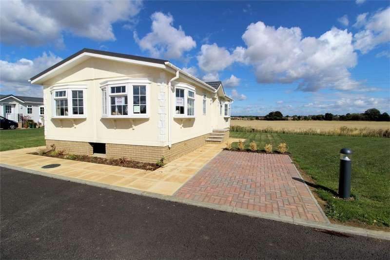 2 Bedrooms Park Home Mobile Home for sale in New Road, Clifton, Shefford, Bedfordshire