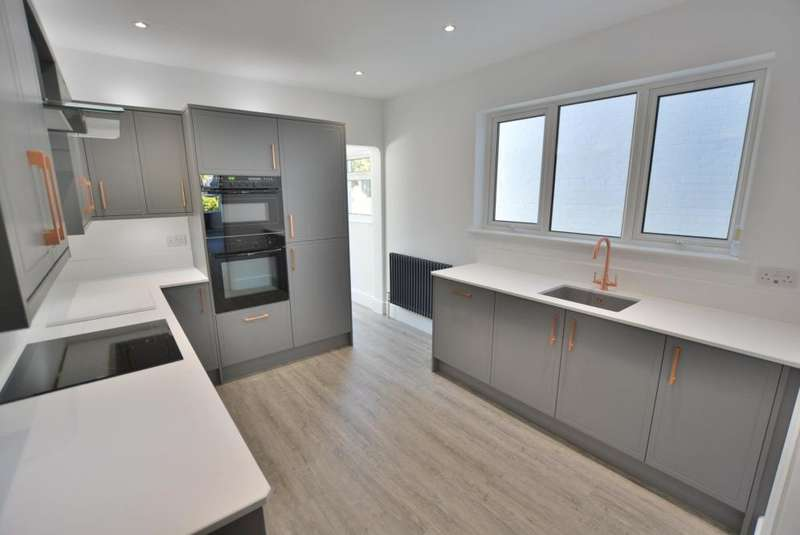 4 Bedrooms Terraced House for sale in St Johns Road, Heckford Park, Poole, BH15 2NB