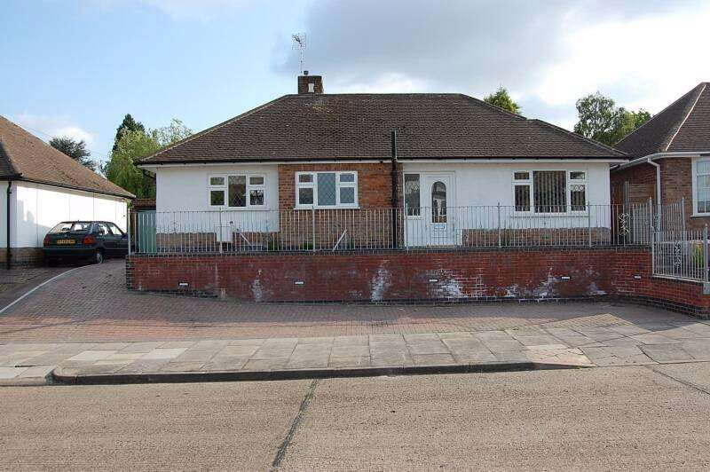 3 Bedrooms Bungalow for sale in Summerlea Road, Leicester, LE5 2GF