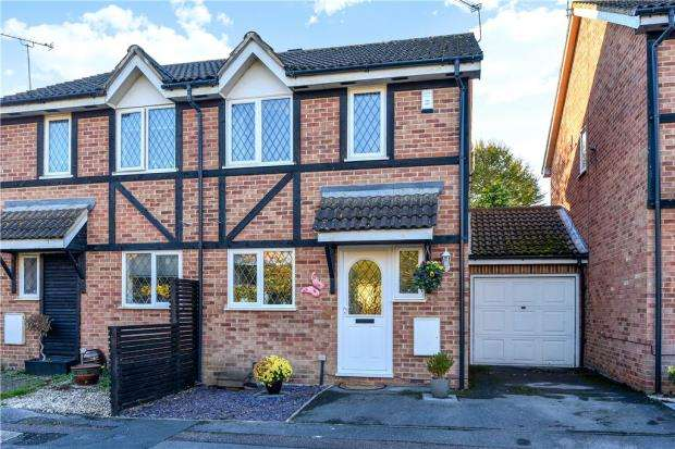 3 Bedrooms Semi Detached House for sale in Old Fives Court, Burnham, Slough