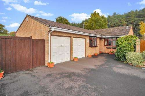 3 Bedrooms Bungalow for sale in Sarum Avenue, West Moors