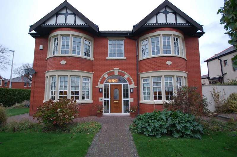 4 Bedrooms Detached House for sale in 12 Dunes Avenue