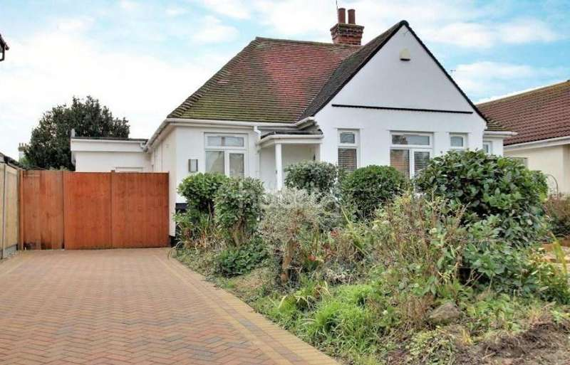 3 Bedrooms Detached Bungalow for sale in Vicarage Gardens, Clacton-on-Sea, CO15