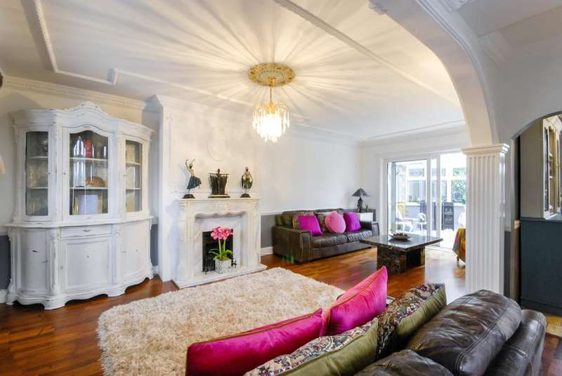 3 Bedrooms Semi Detached House for sale in The Heights, Charlton, SE7