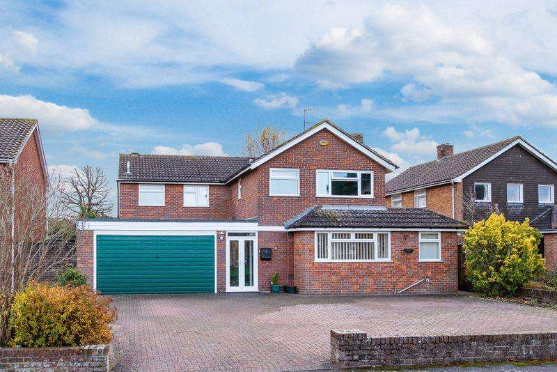 4 Bedrooms Detached House for sale in Earlswood Close, Aylesbury