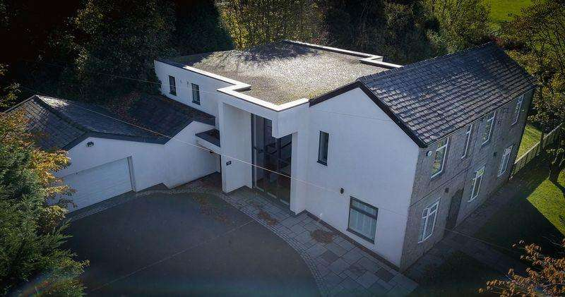 5 Bedrooms Detached House for sale in Dingle View, Waterhead, Saddleworth
