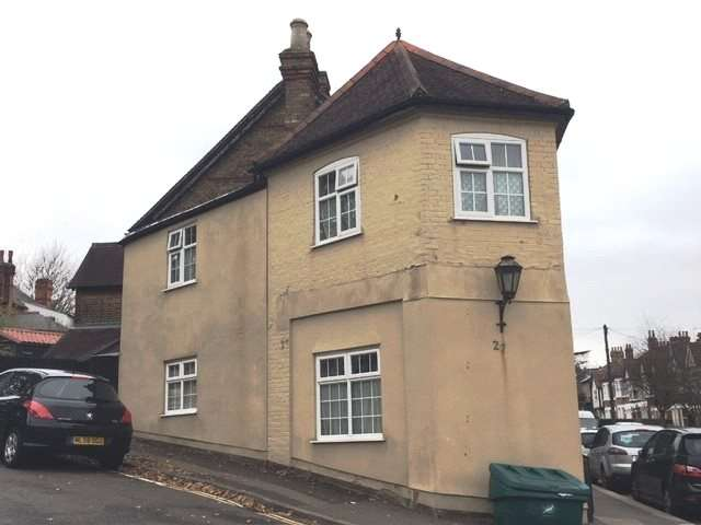 3 Bedrooms Semi Detached House for sale in York Hill, Loughton, Essex, IG10