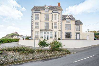 6 Bedrooms End Of Terrace House for sale in Beach Bank, Criccieth, Gwynedd, ., LL52