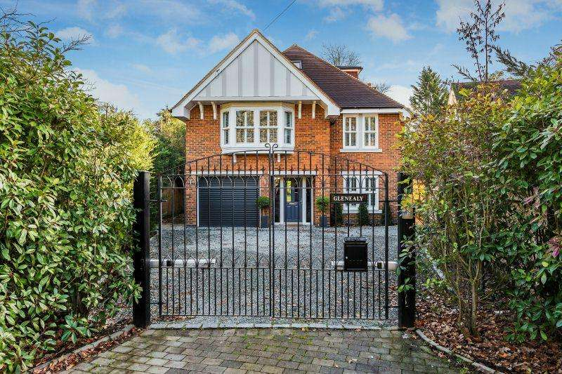 5 Bedrooms Detached House for sale in SOUTH WOKING