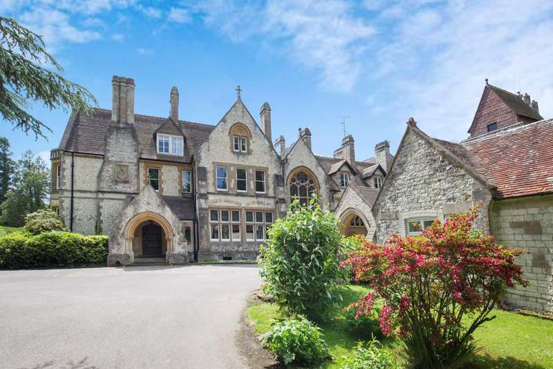 4 Bedrooms Apartment Flat for sale in Blackmoor House, Sotherington Lane, Liss, Hampshire, GU33