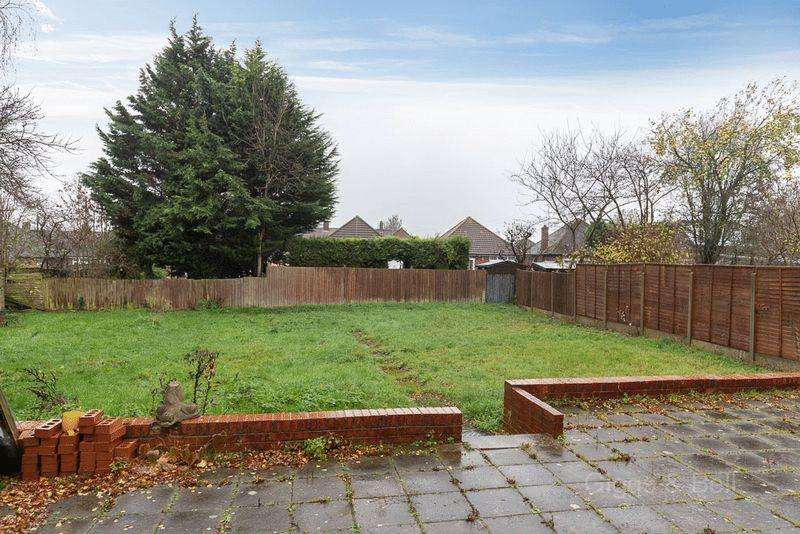 3 Bedrooms Semi Detached House for sale in Hanswick Close, Luton