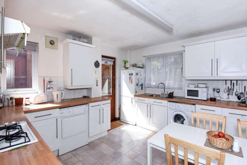 4 Bedrooms Detached House for sale in Bishops Drive, Wokingham, RG40