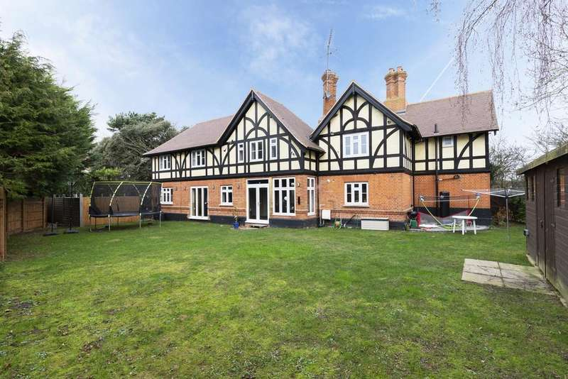 5 Bedrooms Detached House for sale in Griffins Wood Lodge, Epping, CM16