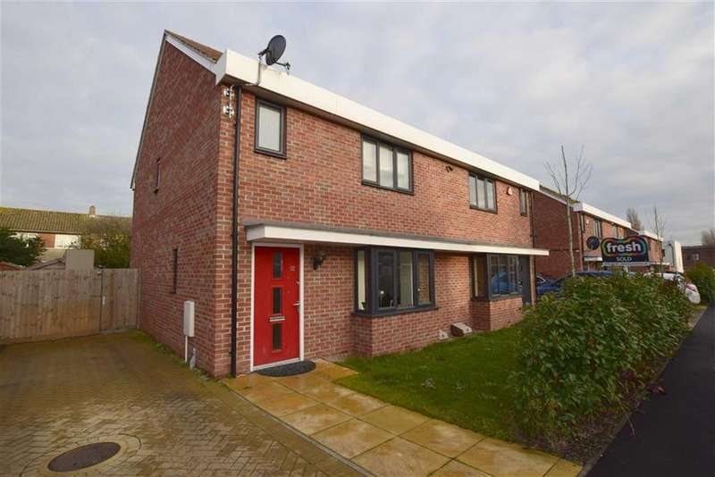 3 Bedrooms Semi Detached House for sale in Sandpiper Close, East Tilbury, Essex