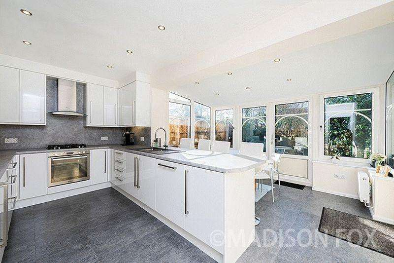 4 Bedrooms End Of Terrace House for sale in Durnell Way, Loughton