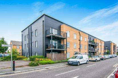 2 Bedrooms Flat for sale in Schoolfield Way, Grays, Essex