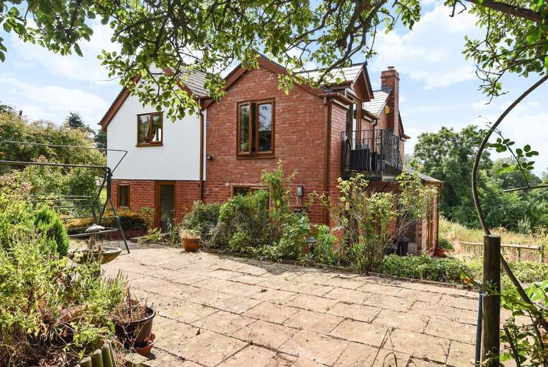 3 Bedrooms Detached House for sale in Ruckhall, Hereford, HR2