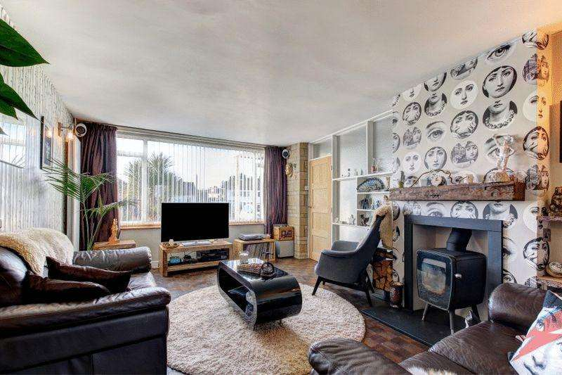 4 Bedrooms Semi Detached House for sale in Bowden Close, Coombe Dingle