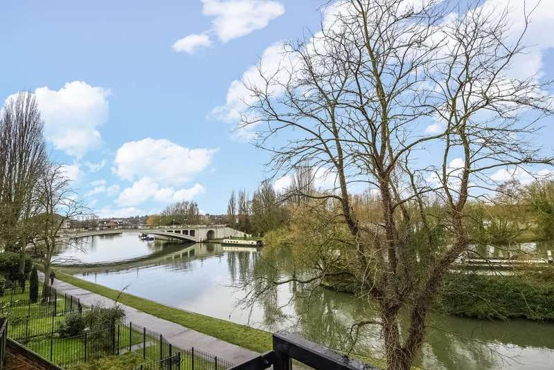 2 Bedrooms Flat for sale in Kingfisher Place, Riverside Location, RG1