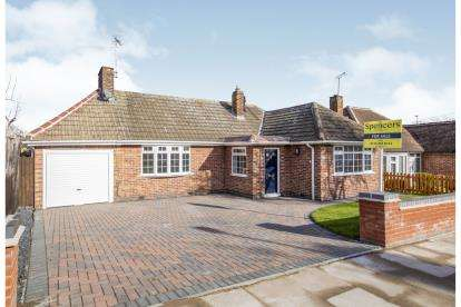 4 Bedrooms Bungalow for sale in Alcester Drive, Leicester, Leicestershire