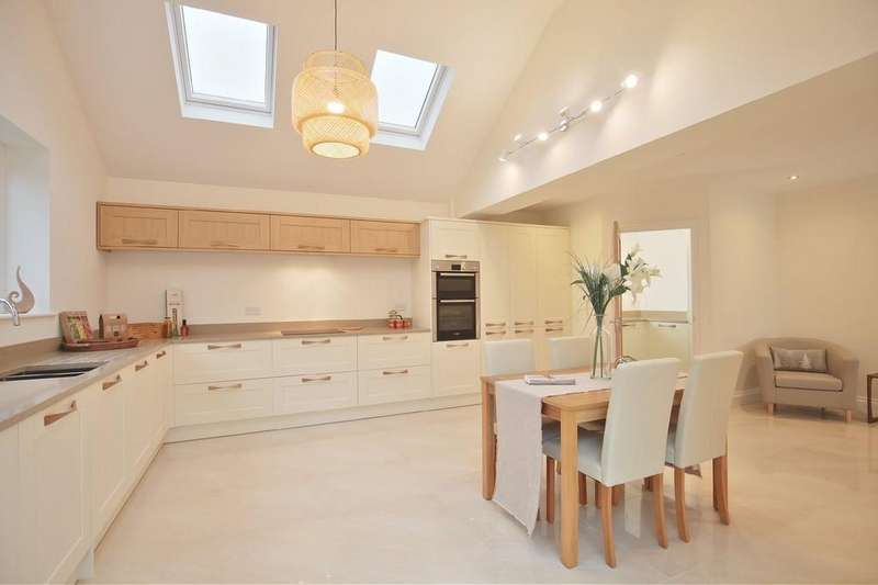 4 Bedrooms Detached House for sale in London Road, Black Notley