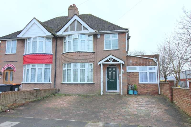 3 Bedrooms Semi Detached House for sale in Liscombe Road, Dunstable, Bedfordshire, LU5 4PL