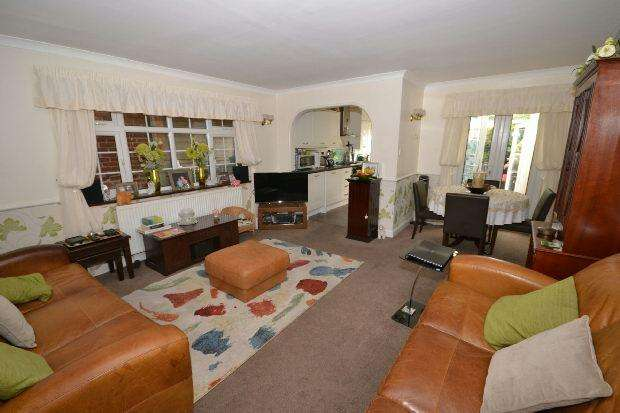 3 Bedrooms End Of Terrace House for sale in Sky Peals Road, Woodford Green