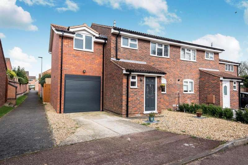 4 Bedrooms Semi Detached House for sale in Derwent Close, Wokingham, RG41