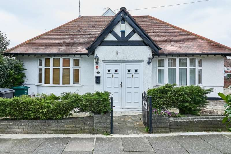 4 Bedrooms Bungalow for sale in Ryhope Road, London, London, N11