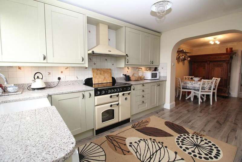 3 Bedrooms Detached House for sale in Romford Road, Aveley, South Ockendon, Essex, RM15