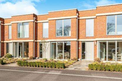 3 Bedrooms Terraced House for sale in West Terrace, Orchard Square, Caversfield, Bicester