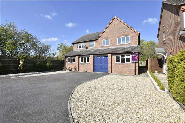3 Bedrooms Semi Detached House for sale in Blackberry Grove, Bishops Cleeve, GL52