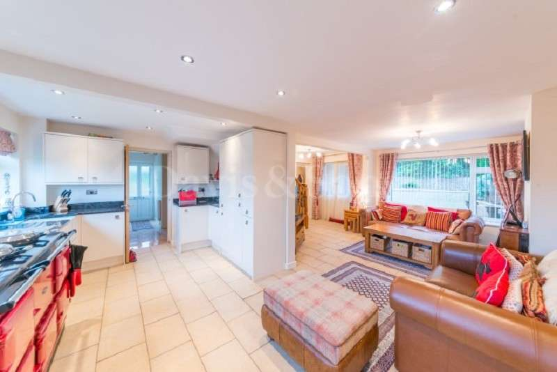 4 Bedrooms Semi Detached House for sale in College Glade, Caerleon, Caerleon , Newport. NP18 3TE
