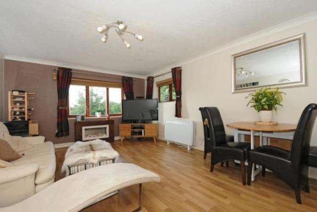3 Bedrooms Flat for sale in Bradley Moor Square, Thatcham, RG18