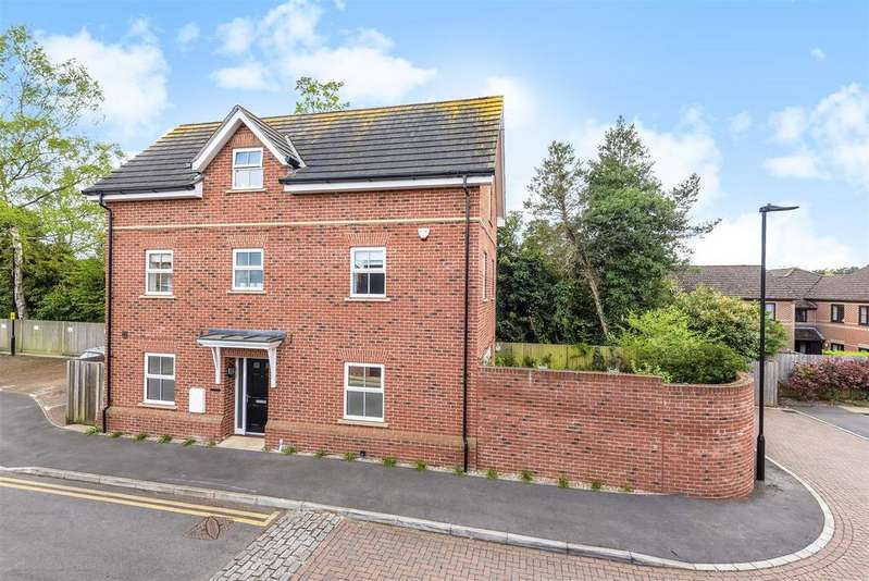 4 Bedrooms Detached House for sale in Iron Duke Close, Crowthorne, Berkshire, RG45 7AS