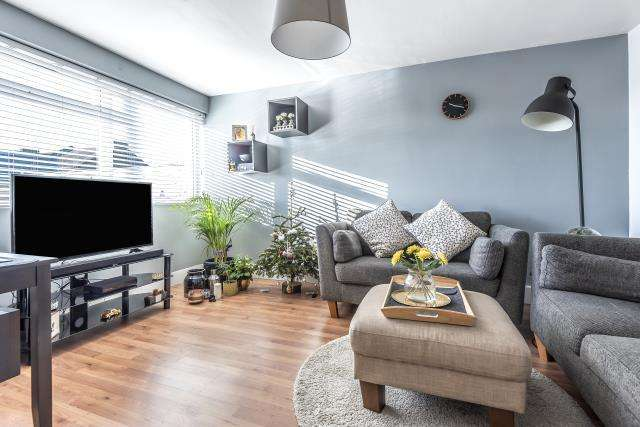 2 Bedrooms Flat for sale in Clayton Court, Langley High Street, Berkshire, SL3