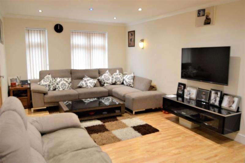 3 Bedrooms End Of Terrace House for sale in Rochfords Gardens, Slough, Berkshire. SL2 5XA