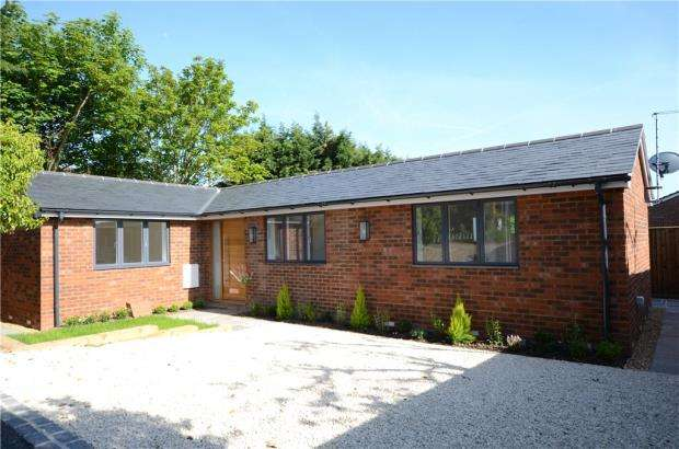 4 Bedrooms Detached Bungalow for sale in Henley Road, Caversham, Reading